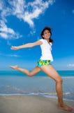 Gelukkige sprong bij het strand Stock Fotografie