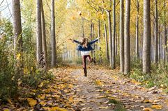 gelukkige sprong in het bos royalty-vrije stock foto's