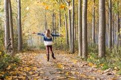 gelukkige sprong in het bos royalty-vrije stock foto