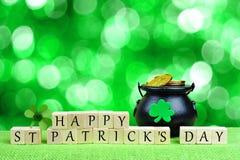 Gelukkige St Patricks Dagblokken met pot-van-Goud over groen fonkelen Royalty-vrije Stock Foto's
