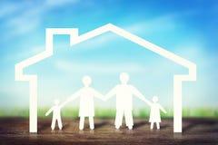 Gelukkige sterke familie in huis Stock Foto's