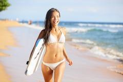 Gelukkige strandmensen - vrouwensurfer die pret hebben Stock Afbeeldingen