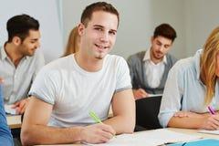 Student die in cursus bestuderen Royalty-vrije Stock Fotografie