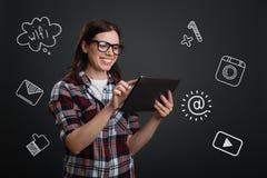Gelukkige student die een tablet houden terwijl online het babbelen royalty-vrije stock afbeelding
