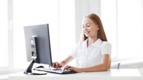 Gelukkige student die met computer werken