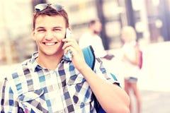 Gelukkige student die op de telefoon spreken Stock Foto's