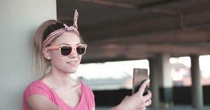 Gelukkige student die zonnebril dragen stock footage