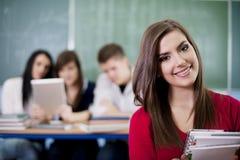 Gelukkige student in het klaslokaal Stock Afbeeldingen