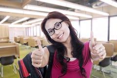 Gelukkige student met omhoog duimen Stock Afbeeldingen