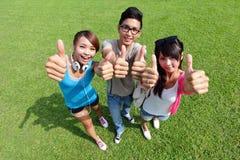 Gelukkige studenten in campus Stock Foto's
