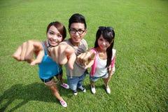Gelukkige studenten in campus Royalty-vrije Stock Foto's