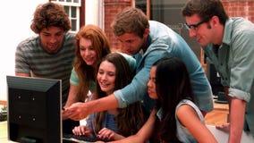 Gelukkige studenten die computer bekijken stock videobeelden