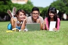Gelukkige studenten die computer met behulp van Stock Fotografie