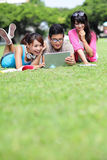Gelukkige studenten die computer met behulp van Stock Afbeeldingen