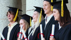 Gelukkige studenten die hun leeswijzers houden Royalty-vrije Stock Foto's