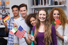 Gelukkige studenten die internationale vlaggen golven royalty-vrije stock foto