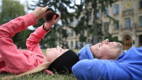 Gelukkige studenten die na het bestuderen ontspannen stock footage