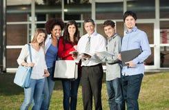 Gelukkige Studenten met Leraar Standing On College stock foto's