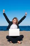 Gelukkige succesvolle bedrijfsvrouw op het strand, vert Stock Afbeelding