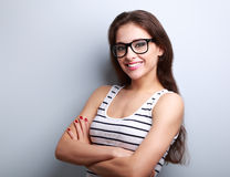 Gelukkige succesvolle jonge vrouw in glazen het kijken Stock Fotografie