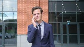 Gelukkige Succesvolle Lopende Zakenman Talking op Telefoon, Openlucht stock video