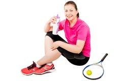 Gelukkige tennisspeler na opleiding met de zitting van de waterfles Stock Foto