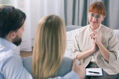 Gelukkige therapeut trots van haar patiënten stock afbeeldingen