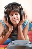 Gelukkige tiener die aan muziek luistert Stock Afbeeldingen