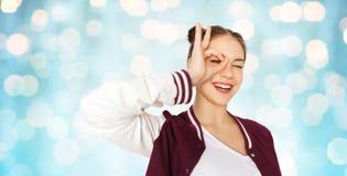 Gelukkige tiener die gezicht maken en pret hebben Royalty-vrije Stock Foto's