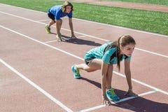 Gelukkige tiener die opleidingstraining en sport doen stock foto
