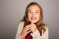 Gelukkige tiener die steunen dragen stock foto's