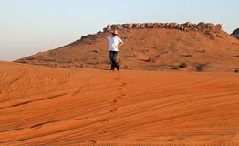 Gelukkige Tiener in een Woestijn Royalty-vrije Stock Afbeeldingen