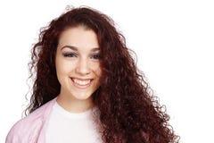 Gelukkige tiener met lang krullend haar en toothy glimlach stock foto's