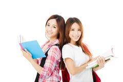 Gelukkige tienerdiestudentenmeisjes op wit worden geïsoleerd royalty-vrije stock fotografie