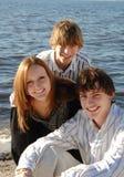 Gelukkige tienerjaren bij strand Stock Foto
