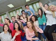 Gelukkige tienerjarengroep in school royalty-vrije stock afbeelding