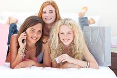 Gelukkige tienermeisjes na het winkelen kleren Stock Fotografie