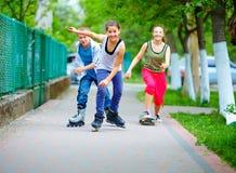 Gelukkige tienervrienden die in openlucht spelen Stock Afbeeldingen