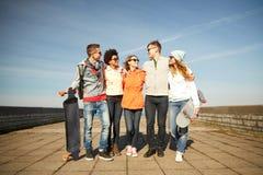 Gelukkige tienervrienden met longboards op straat royalty-vrije stock foto