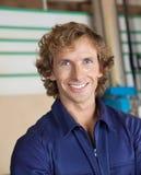 Gelukkige Timmerman Smiling In Workshop Stock Afbeelding