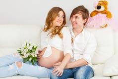 Gelukkige toekomstige ouders stock afbeelding