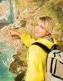 Gelukkige toerist dichtbij de kaart royalty-vrije stock foto