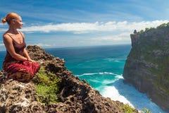 Gelukkige toerist dichtbij Uluwatu royalty-vrije stock foto