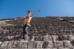 Gelukkige toerist die Piramide van de Zon in Teotihuacan, Mexi beklimmen Stock Fotografie