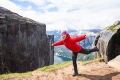 Gelukkige toerist die pret op klip in Noorwegen hebben royalty-vrije stock afbeeldingen