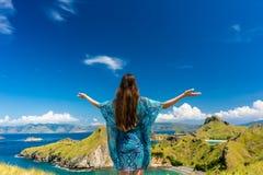 Gelukkige toerist die van de wind genieten tijdens de zomervakantie in Padar-Eiland royalty-vrije stock foto
