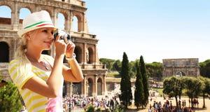 Gelukkige Toerist en Coliseum, Rome Vrolijk Blonde met Camera royalty-vrije stock foto