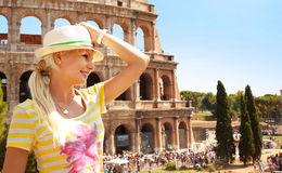 Gelukkige Toerist en Coliseum, Rome Vrolijke jonge blonde vrouw royalty-vrije stock afbeelding