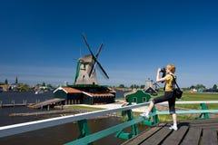 Gelukkige toerist met fotocamera en Nederlandse molen  Royalty-vrije Stock Foto's