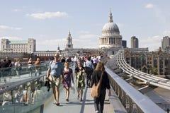 Gelukkige toeristen die millenniumbrug kruisen Royalty-vrije Stock Afbeeldingen